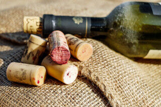 tagAlt.Contemporary Wine Corks On Jute Cover