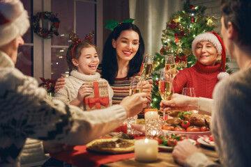 tagAlt.Christmas family celebration dinner table 1