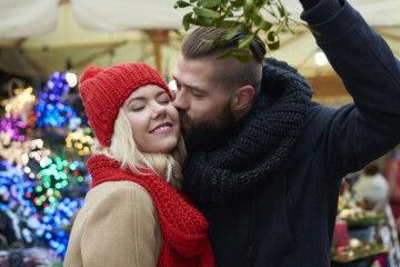 tagAlt.Couple kissing under mistletoe 4