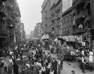 tagAlt.Crowded 19 century shopping street Southern Italy 1