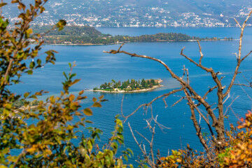 tagAlt.Lake Garda Island in the middle 8