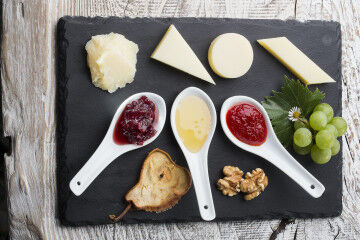 tagAlt.Piave cheeseboard with jam
