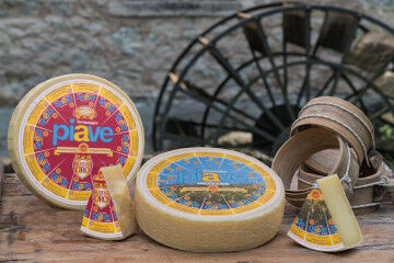 tagAlt.Piave red and blue labels water wheel windmill 8