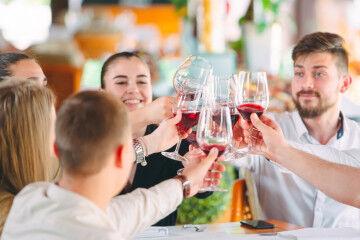 tagAlt.Wine toasting group friends 3